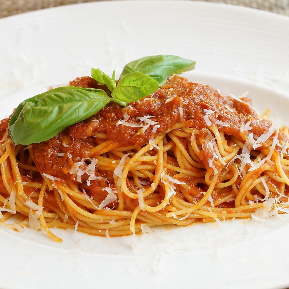 スパゲッティ 完熟トマトとバジルのシンプルなトマトソース