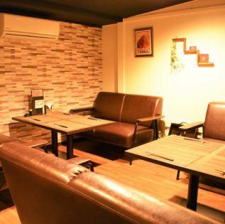 パーティに、記念日に、大人の女子会に。料理と会話をゆったりお楽しみいただけるソファー席もご用意しております。人気のお席ですので、早めの予約がオススメになっております。
