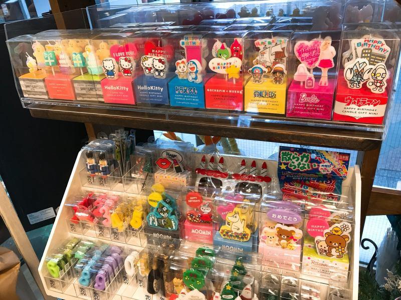可愛いキャラクターキャンドルや誕生日に必須の数字のキャンドルなど急なサプライズのときでも対応出来ちゃいます!メッセージカードも店内で購入できます☆