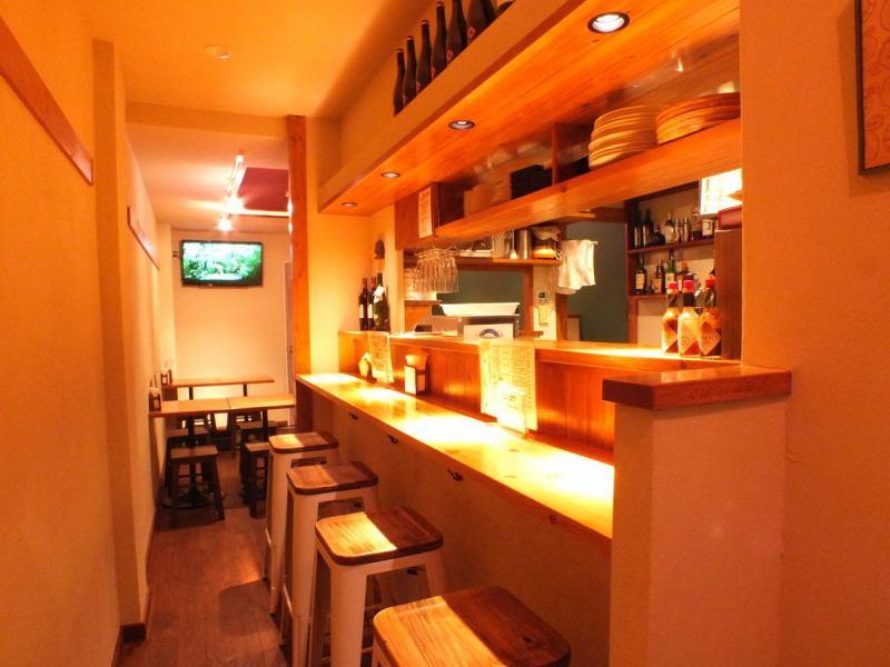 ピザオカでは一人でも気軽に入れるカウンター席もあります☆ 目の前にはピザオーブンがあり、調理風景をみながら料理を楽しむことが出来ます☆★☆