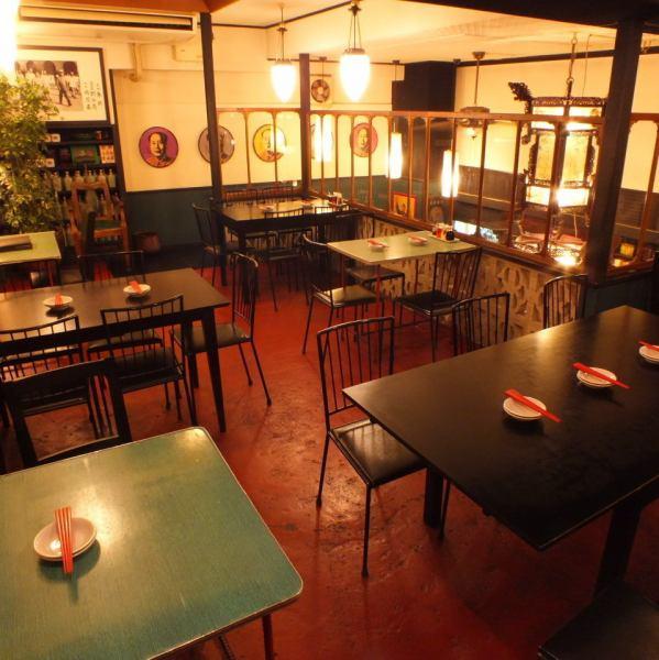 一階とは打って変わって「中国的居酒屋」の雰囲気を醸し出す二階。4~5人グループでのお食事にうってつけで、大人数での貸切も可能です。いつもの宴会を、日常とかけ離れた異空間で演出してみてはいかがでしょうか。