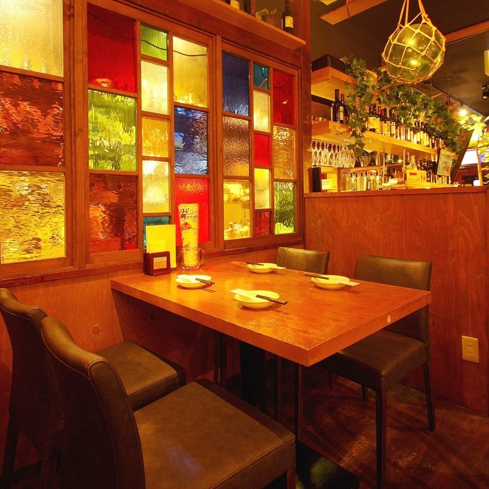 【Back Floor】 Popular Seating for Date Use ◎ Stained Glass and a vibrant atmosphere that imagined port city in Italy.Please spend a wonderful time surrounded by stylish antique accessories ☆