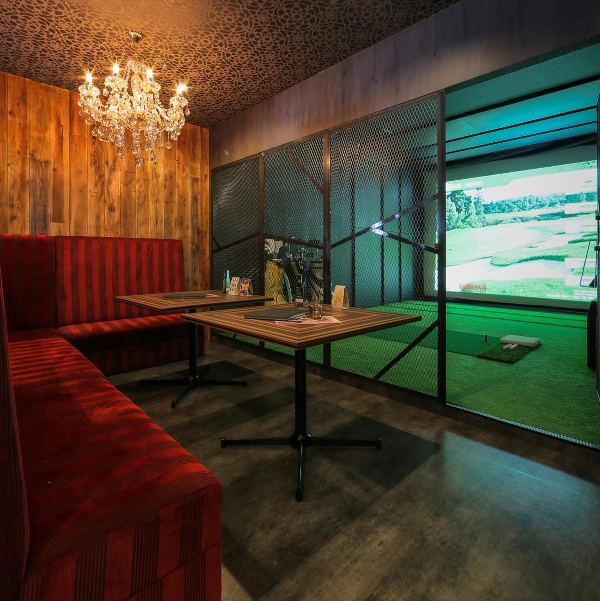 シュミレーションゴルフ前にもソファーあり♪ゴルフチャージは1時間1000円になります。