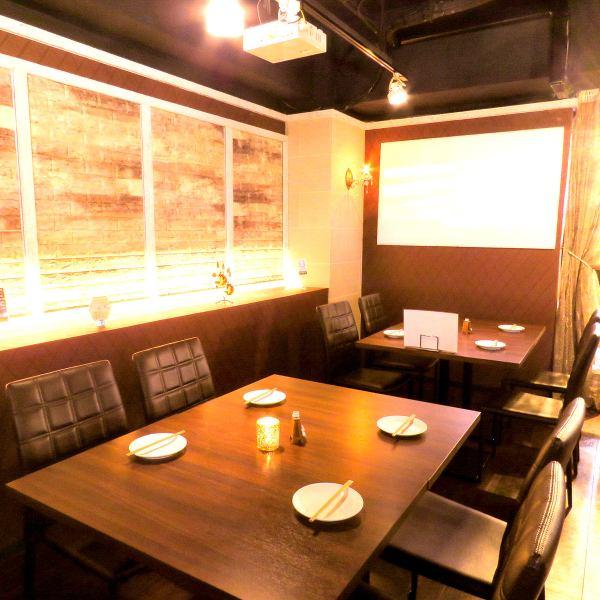 ゆったり落ち着いたテーブル席!仕事帰りの飲み会や夜カフェ使いなど多数のシーンでお使い可能です!