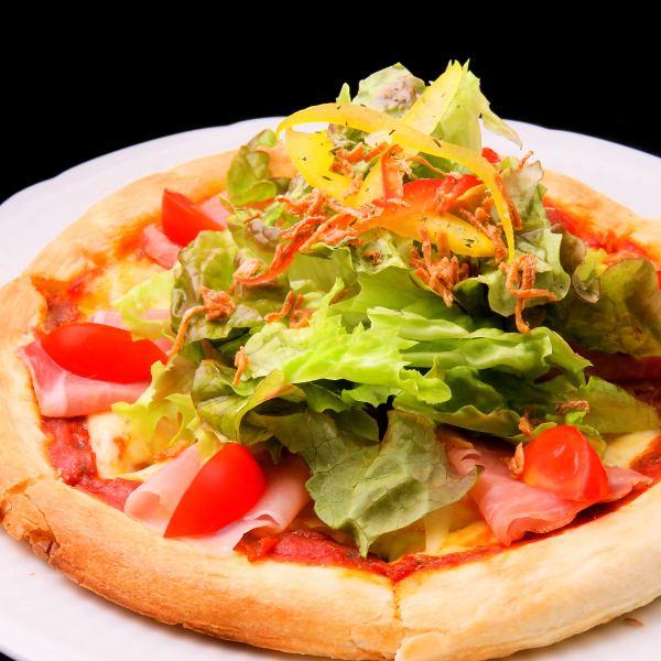 生ハムとバジルのサラダピザ