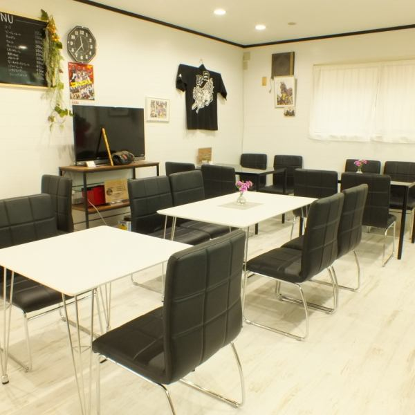 A simple interior with white and black can be calmly sprinkled in any age group.Also, we are also available for consultation with surprises, you can prepare birthday cakes and wedding cakes according to your budget! Please do not hesitate to consult with us about the number of reserved guests! Together with the shops We are also looking for people who will make it excitement.