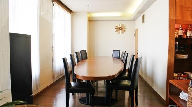 세련된 분위기의 테이블 석 ♪ 4 명 ~ 최대 8 명에서 이용하실 수 있습니다