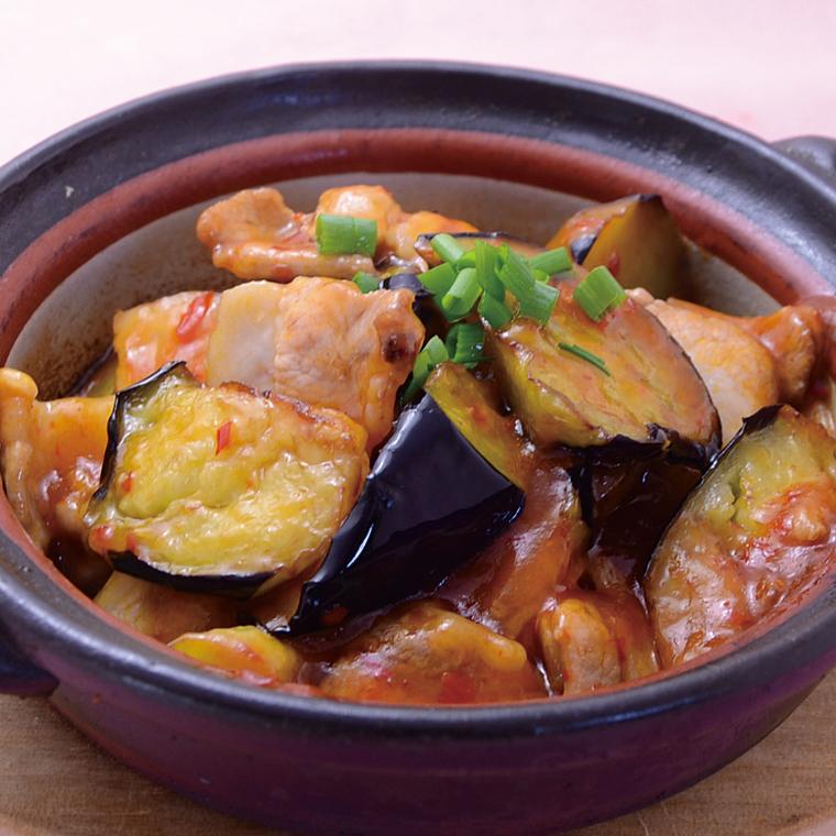 在冈山县用茄子和猪肉炒四川