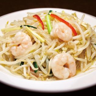 Stir lightly of shrimp and yellow leek and bean sprouts