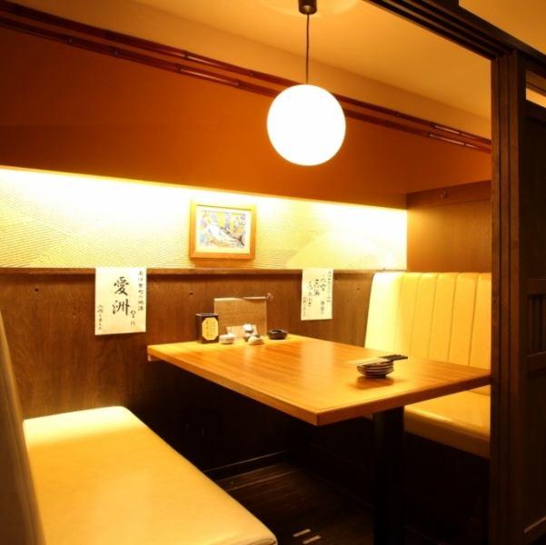 2階には少人数に集まるのにピッタリな半個室を完備。ふかふかなソファー席は女性に人気♪