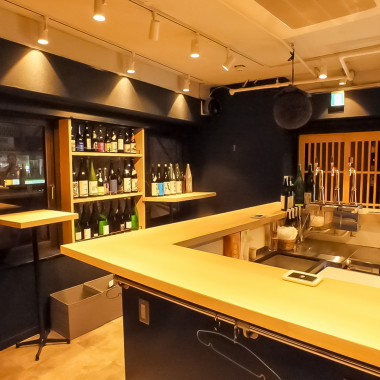 """A sake bar drinking bar connecting the"" rim ""of people and people"" Sake is actually said to ""serve to strengthen the relationship between people"".In the neighborhood, it is also possible that you can unravel neighbors naturally through such sake.Please enjoy the delicious sake and chat slowly in the shop atmosphere that you can not keep unconscious."