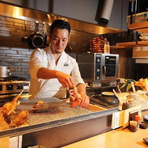 一樓會在開放式廚房的前面熟!的季節,您可以在一個烤的激動人心的爐端烤獨特的前享用新鮮的魚類品種。在六歲參與日本十年,二十年的材料和廚師的組合一直奉行的味道北海道食材會記住興奮。