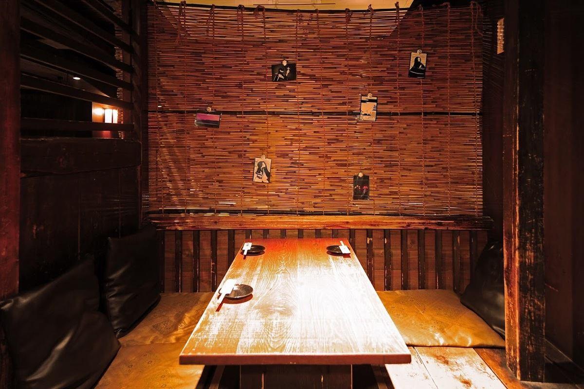 個室も多数ございますが個室以外の空間も充実。掘炬燵席はかなり人気です。