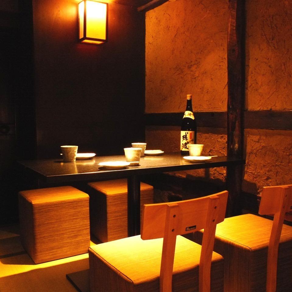 【1F座位】我们有一张日式桌子,一张位于榻榻米座位上的日式椅子。您还可以在昏暗的灯光氛围中享用美食。