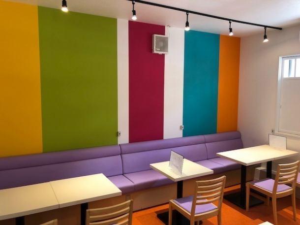 彩りを感じられる店内。テーブル席は勿論のこと、ハイテーブルでちょっとした軽食(ソフトクリームやケーキなど)を楽しめるお席もご用意しております♪ランチ・カフェタイム・ディナー・テイクアウトなど様々な用途でご利用頂けます。時期や時間帯によってご提供するお料理も変わりますので何度来てもお楽しみ頂けるはず★