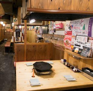 各テーブルにアルコール消毒液をご用意しており、テーブルごとに設置されたダクトで換気もできるので、新型コロナウイルス感染症対策もばっちりです◎壁沿いに4名様テーブルを3卓ご用意しております。