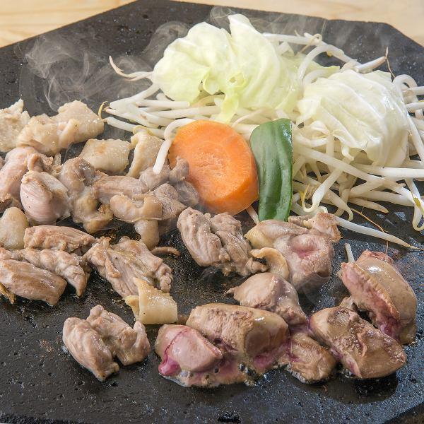 【外パリッ!中ジューシー!お肉も野菜も味わい深く堪能♪】溶岩焼き肉 種鶏四種盛り合わせ 1100円(税込)