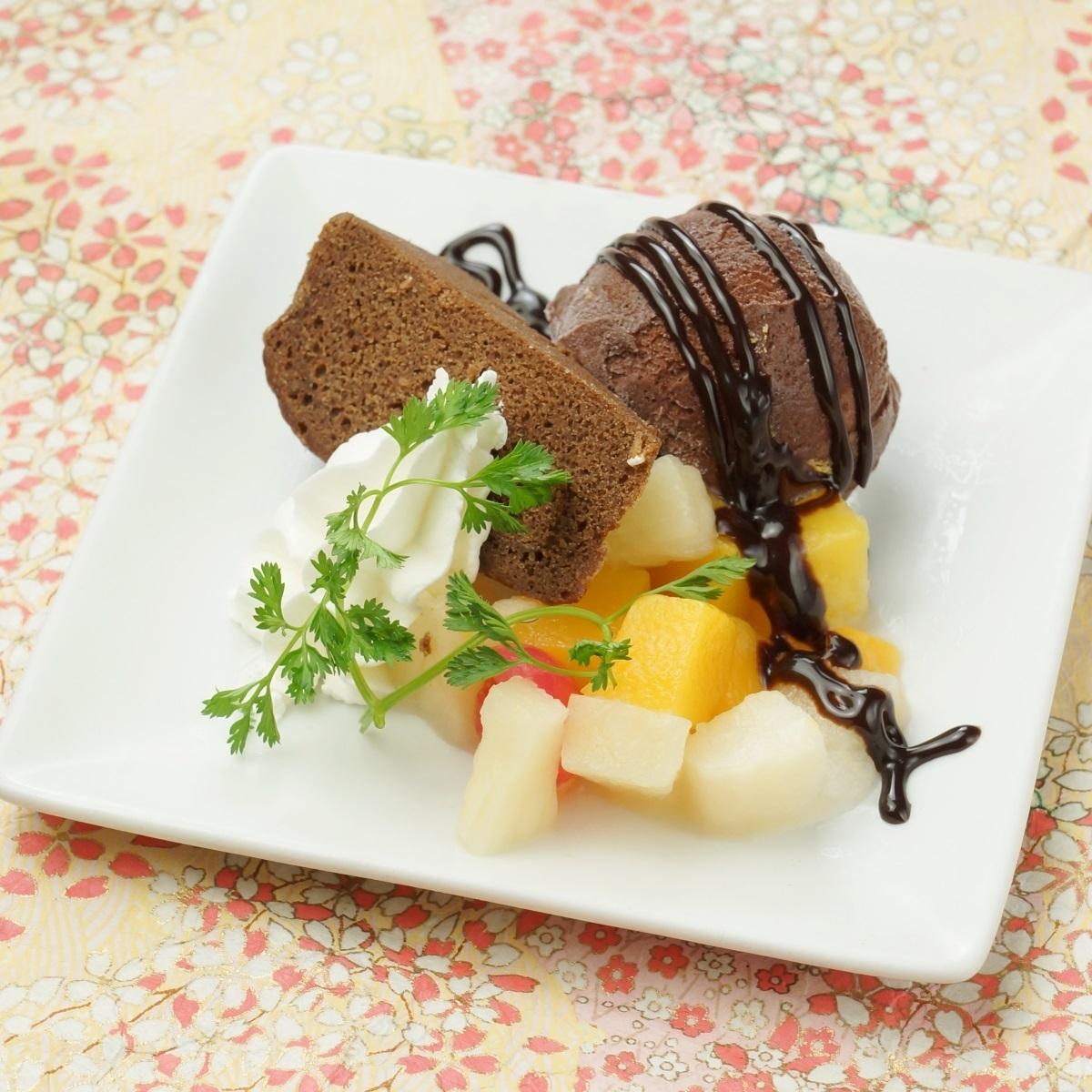 チョコアイスのケーキ添え