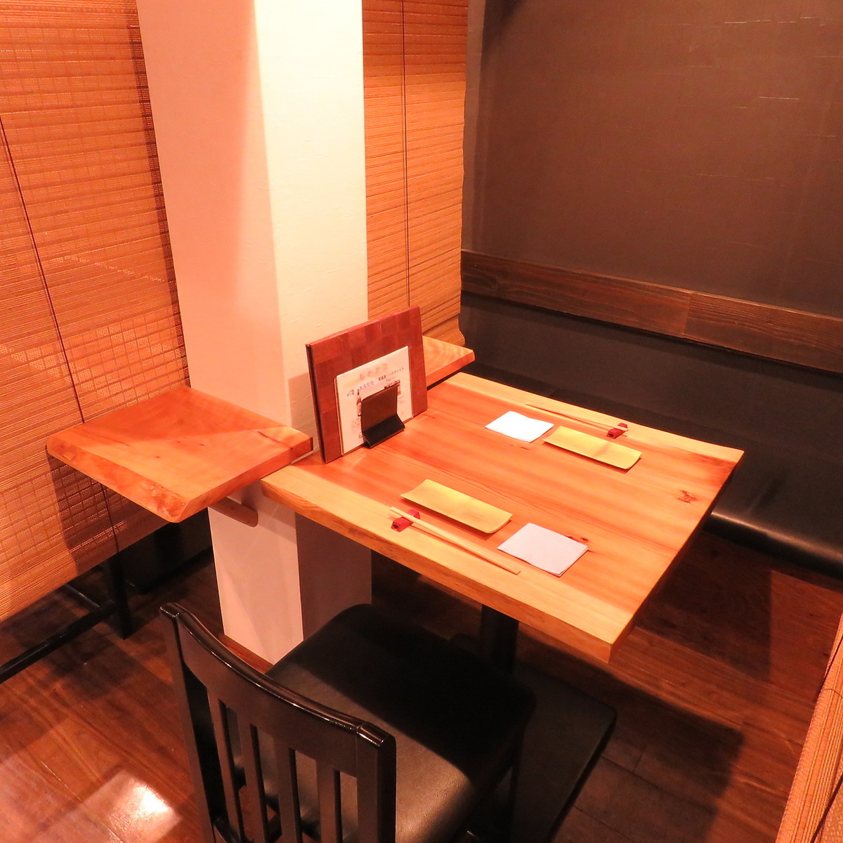 There is atmosphere of Japanese and two table seats.It is also a popular seat for cheerful associates and couples.It is possible to partition all table seats with Oshika.It is a seat full of private feeling!
