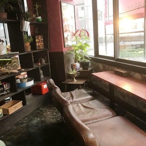 它是一个舒适的柜台式座椅,可插入阳光,也很容易进入一个人。柜台座椅也是沙发座椅,舒适穿着舒适★店内有绿色◎请有你的治疗时间。