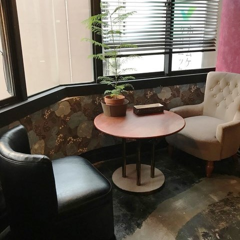 还建议夫妇使用面对面沙发座椅。靠窗的座位也可提供。我们也可以只使用饮料,所以我们建议晚上咖啡馆约会。各种类型的室内装饰并排和时尚的空间。