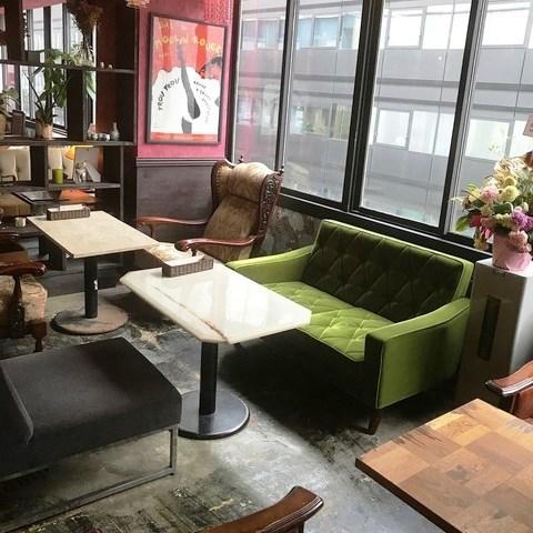広めのソファ席もあり★少人数から大人数まで対応可能です。のびのび座れる店内はお子さま連れのお客様にもおすすめ。さらにベビーカーでも店内に入っていただけます。ママ会などのご利用にも◎