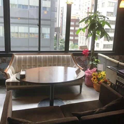 窗户上的休闲沙发座椅。这是一个受欢迎的靠窗座位,可以俯瞰银座。沙发是放松和放松的时间,它是一个隐蔽的咖啡馆。当你厌倦了在银座购物时请入住♪