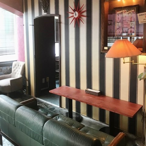 有一个靠近距离的杯座★也可以使用双座沙发座椅。有并排的柜台座位和对立的座位。请享用午餐和晚餐♪窗户上还有座位◎