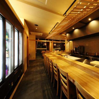 照亮了树木的温暖和温暖的灯光,具有镇定的高品质空间。见美味佳肴店主化妆的烹饪过程是在柜台,使其成为一个商店,表明信心美食。