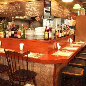肩を並べて弾む会話と美味しい食事が楽しめるカウンター席は、恋人同士・気の合う友人同士・常連さんに人気です。テーブル席より親密感もUP!イタリアンワインと共に当店おすすめのイタリア料理をご堪能ください。