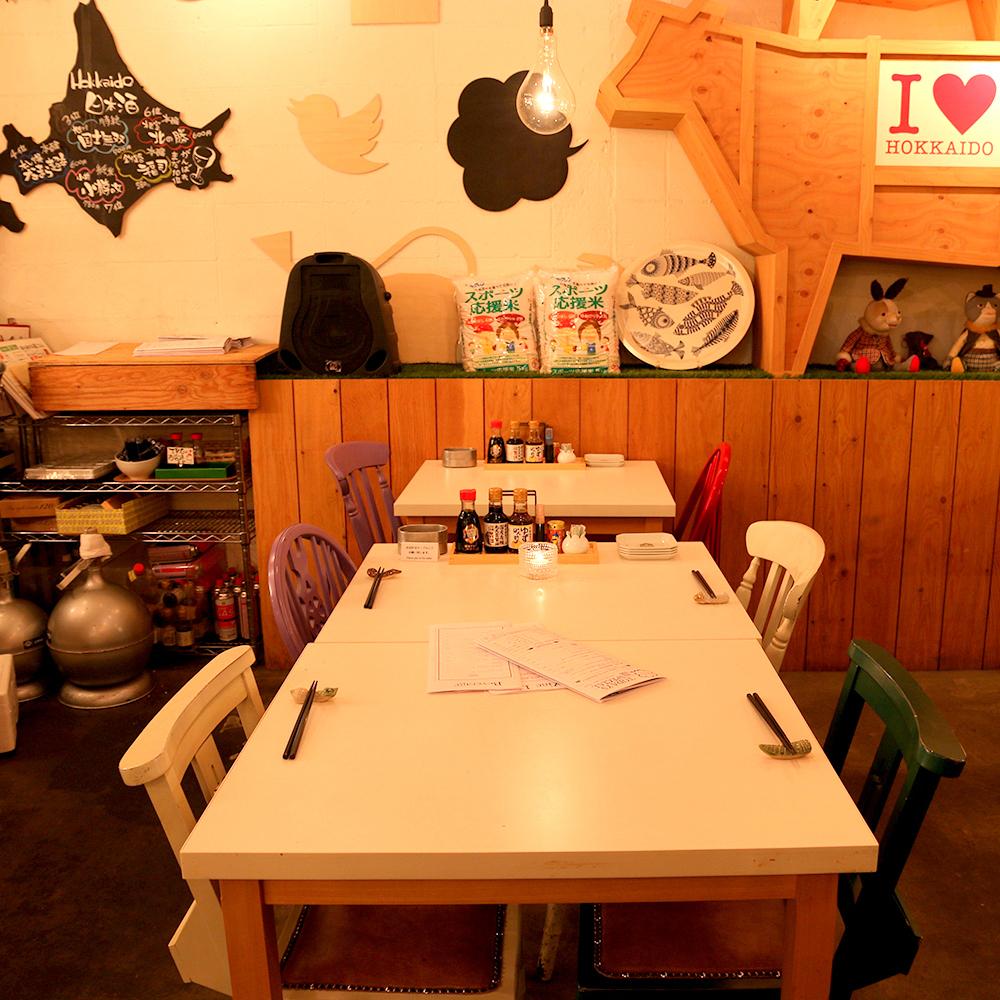 雙色桌椅可供6位客人使用