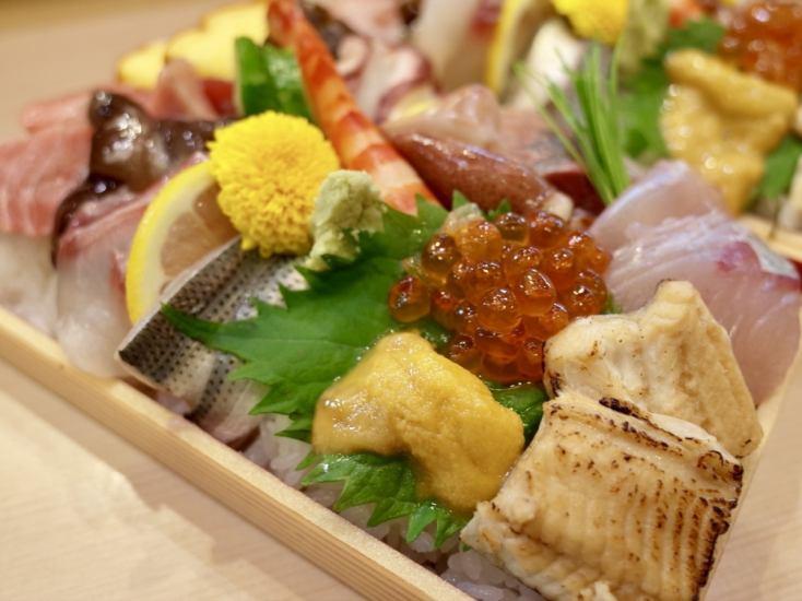 静岡は焼津や由比、伊豆…全国は九州、金沢、気仙沼など、店主が目利きし仕入れる魚を