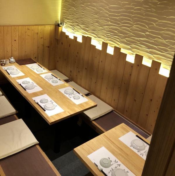 【会社宴会、県外からいらっしゃった方のおもてなし等】お座敷個室は、8名、12名様用の2部屋完備。つなげて、最大20名様までご利用頂けます。