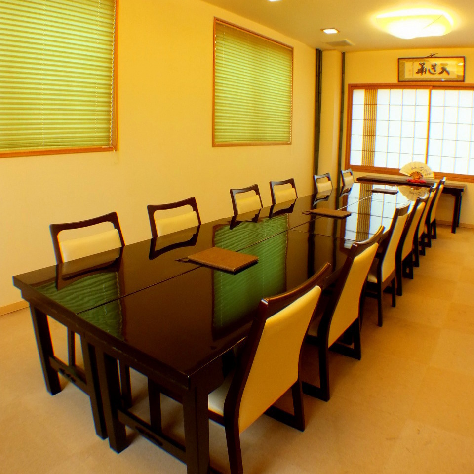 You can sit up to 12 people by connecting the tables.Since it is a complete private room, you can use it for dinner and lunch.