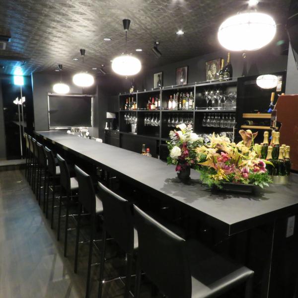 ◆在一個別緻的商店裡面◆在黑色的基礎上的平靜的氣氛。具有開放感的平台座椅用於各種場景,例如日期,女人和女人之間。在櫃檯對話也是一種樂趣。 【Gaienmae / Aoyamichi-echo / Lounge / Wine / Champagne / Karaoke】