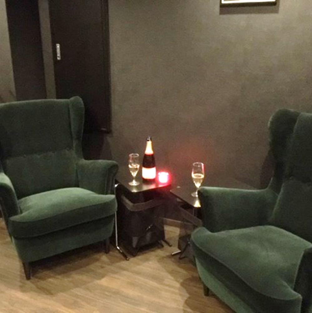 【ふかふかソファ席】疲れた時にはソファでまったりお酒を愉しむのも良いですね。恋人や女性同士のご利用にも。