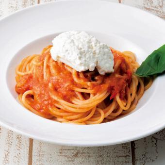 トマトソースのスパゲッティ 自家製リコッタチーズのせ