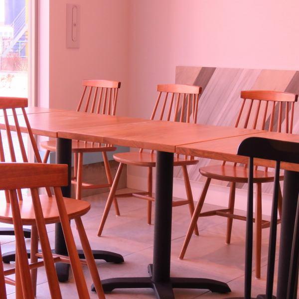 【シーンに合わせて少人数~大人数まで利用OK】各種パーティ-、女子会、ママ会、お友達とのランチ‥etc4名席と2名席のテーブルをご用意しております。テーブルをつなげることで、大人数でのご利用にもお使いいただけます♪