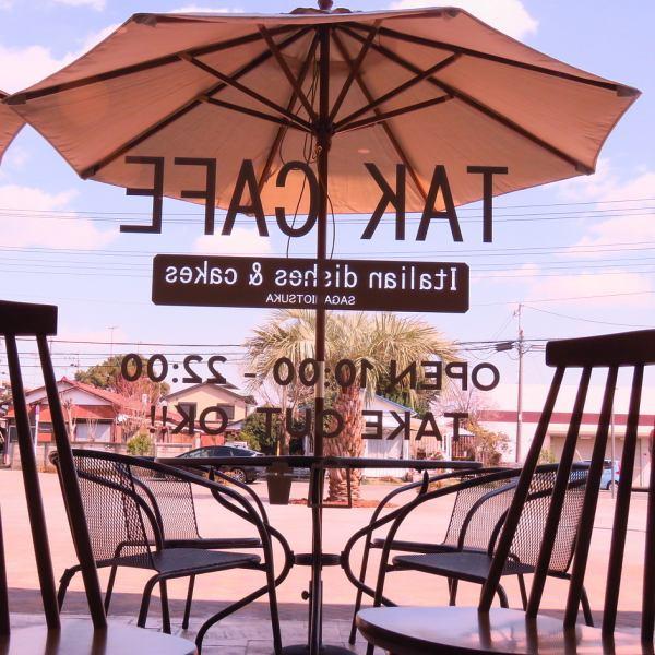 【ペットもOKのテラス席】通りに面したテラス席は解放感も抜群◎ゆったりと外でお食事を楽しめます!またテラス席はペットもOKです!4人掛テーブル×3のテラス席あり!人気のテラス席はペットもOKです♪開放的なテラスで食事がオススメ