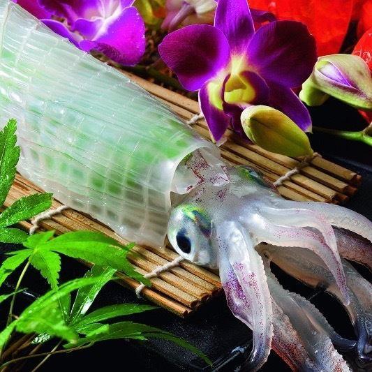 從魷魚活著建築福岡的講話1200日元/ 100G提供最新鮮的魷魚活躍在天神地區!