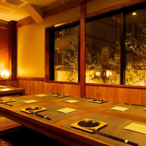 挖你的立场表达的私人空间,我们按照人最多2人人数70人,提供范围广泛的私人房间。海鲜小酒馆,您可以根据应用程序中使用。新鲜的活鱼,由于采用主动鱿鱼的过程中,我们的菜有4000日元(含税) - 有售,每一个场景可用。