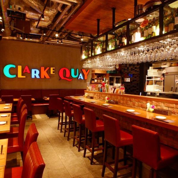 『クラーキー Clark Quay』は、シンガポール・リバー沿いにある人気スポット。あらゆる種類のローカルフードを食べることができ、夕暮れともなれば、地元の人も観光客も、一杯を楽しむために集まってきます。 カラフルなクラークキーの街並みを表した店内で、シンガポール・ナイトそのままの雰囲気をお楽しみください。