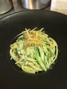 灌木和蔬菜羅勒奶油