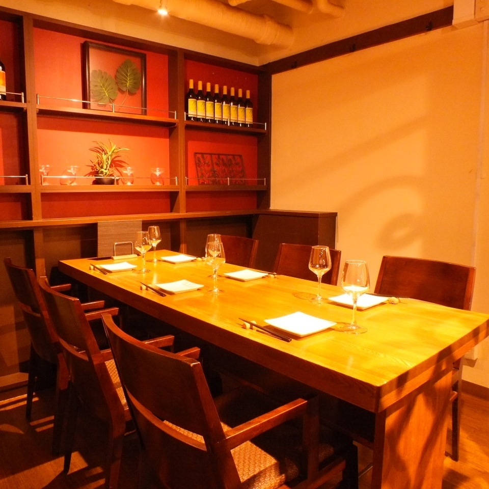 在一个有特殊感觉的私人房间,您可以品尝带葡萄酒杯的贵宾气氛。我们正在等待您预订最多6人。
