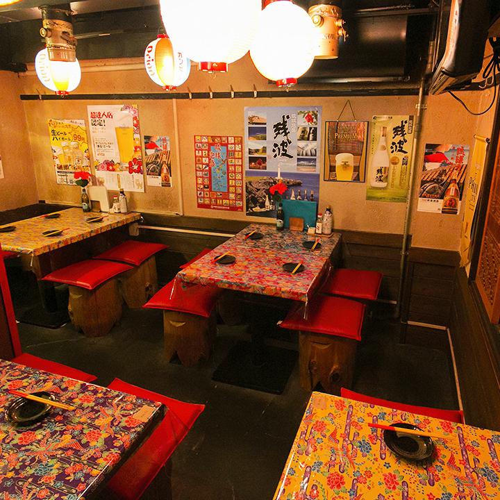 【2階テーブル席/2名様~】トロピカルな雰囲気を感じるテーブルで、南国のリラックスした気分を感じられます。