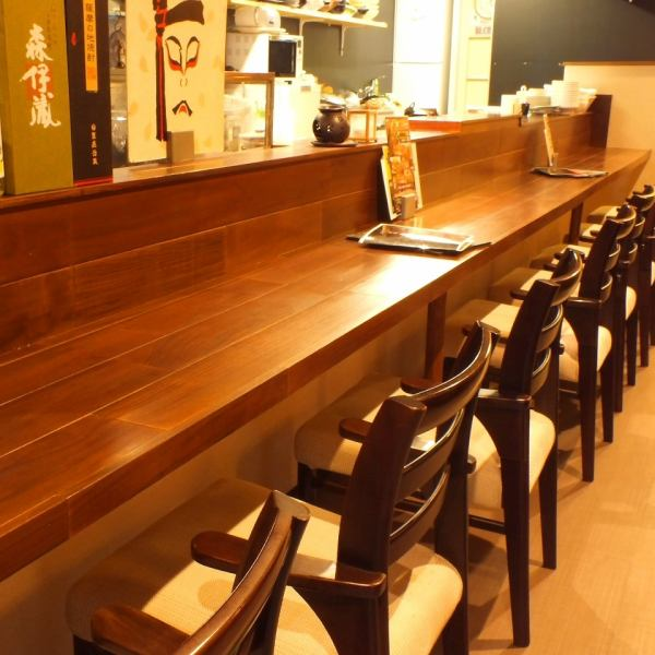 【2nd Floor】 There are counter seats, table seats and private rooms. A good smell of dish drifting from the open kitchen appetizes ♪