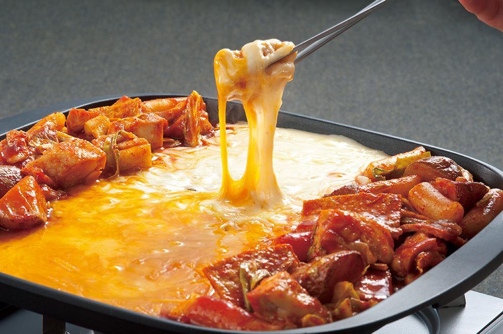 甘辛く味付けされたお肉をアツアツ・トロトロのチーズに絡めてお召し上がりください。