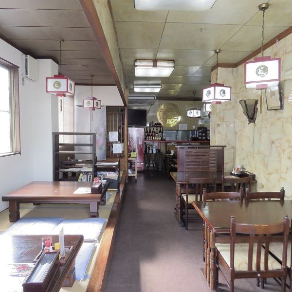 ランタン風のライトが醸し出す中華風のおしゃれな店内はゆっくりくつろげるようにテーブル席とお座敷席をご用意しております。どなたでも落ち着いて中華料理をご堪能いただけます。ランチタイムも営業しているので、会社の昼食にも気軽にお越しください。おひとり様も団体様もお気軽にお越しください。