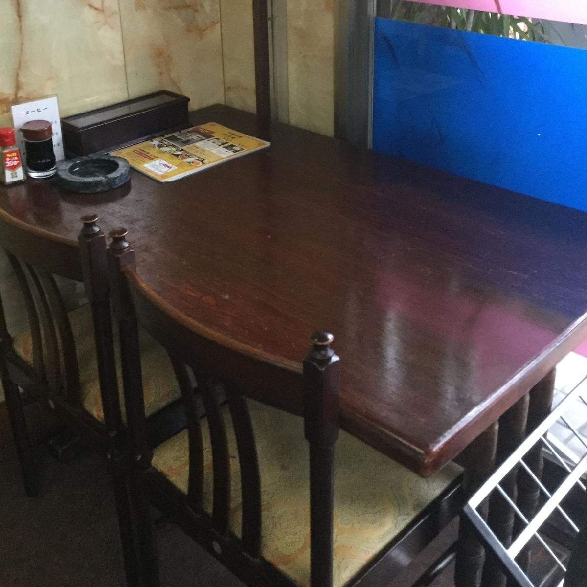 1名~2名の対応可能なテーブル席です。サクッと1人飯や二人きりの食事の際はおススメです。