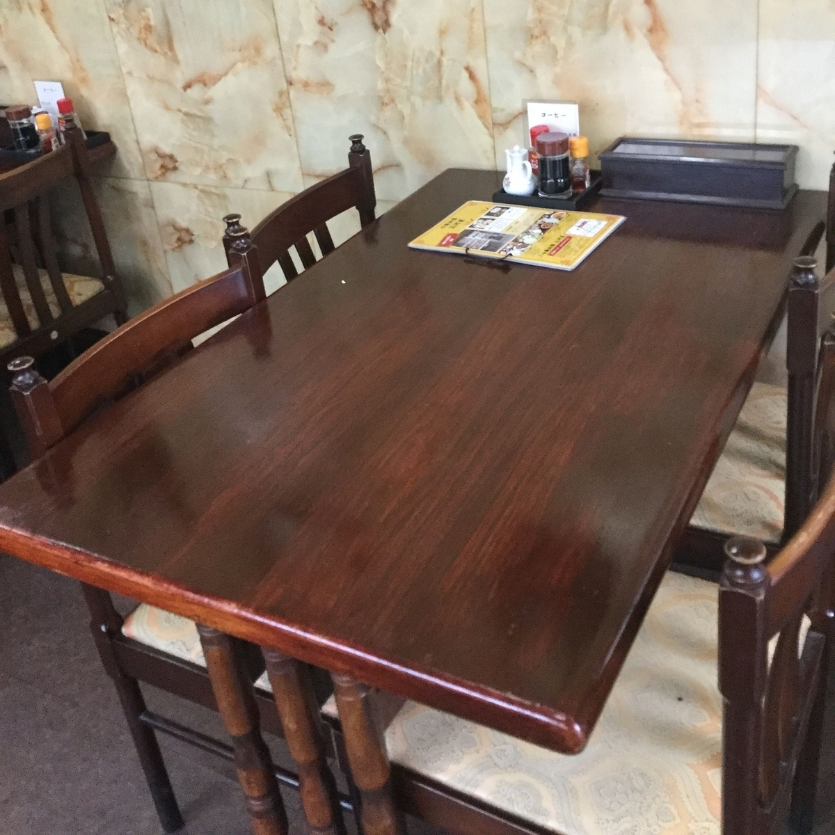 It is a table seat that can accommodate from 2 to 4 people.We will definitely have a seat for a small group of drinking parties.